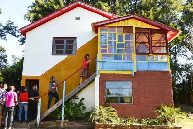 El pintor aplicó una paleta de colores vibrantes a paredes y ventanas