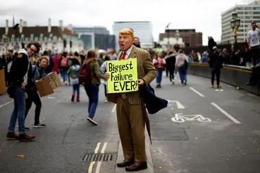 Un manifestante, con una máscara que representa al presidente de los Estados Unidos Donald Trump, participa en una protesta contra el cambio climático, en Londres, Gran Bretaña.