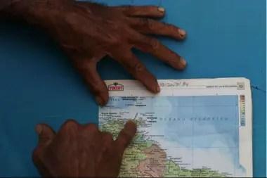 """Un residente local apunta a un área apodada """"La boca del dragón"""", donde Maroly y sus familiares desaparecieron."""