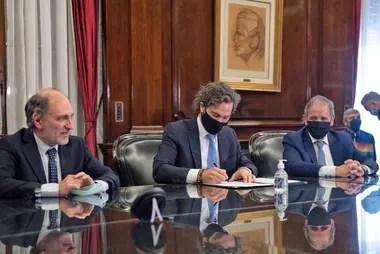 El jefe de Gabinete, Santiago Cafiero, junto al titular del Banco Nación, Eduardo Hecker, y el jefe de la Asociación Bancaria, Sergio Palazzo.