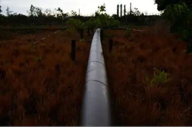 Un oleoducto de una planta petrolera en un campo en las afueras de El Tigre
