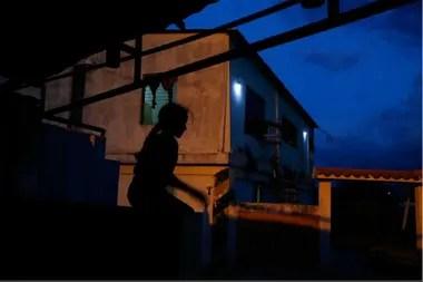 Aranza, la hermana de Maroly juega afuera de su casa