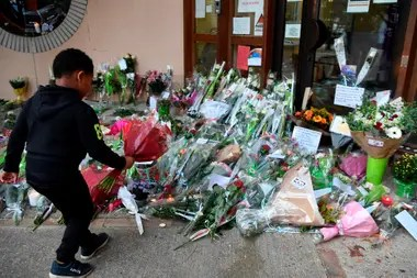 A boy goes with flowers to the school of the murdered teacher