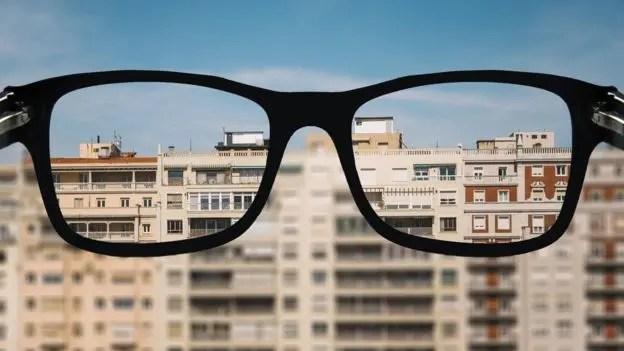 La miopía está causada por una combinación de factores genéticos y ambientales que alteran el desarrollo normal del ojo