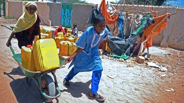 Chicos juntando agua en Somalía