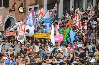 Manifestantes del movimiento contra los grandes barcos protestan en la Plaza de San Marcos en Venecia.