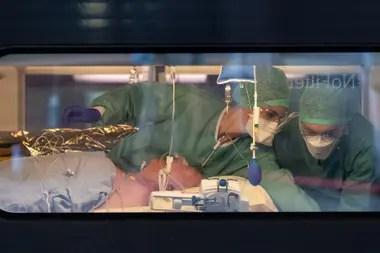 Las ventanillas del TGV con una imagen nunca vista: los enfermos de coronavirus son trasladados en alta velocidad por el sistema de emergencia diseñado por el gobierno de Francia