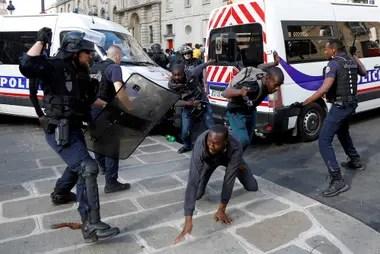Policías antidisturbios se enfrentan con inmigrantes indocumentados fuera del Panteón en París, Francia