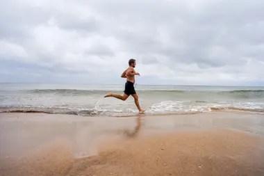 En la playa, un guardavida de José Ignacio aprovechó el día gris para entrenar en la arena