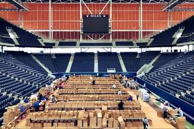 El estadio Louis Armstrong, transformado en un centro de preparación y distribución de comida para los afectados por Covid-19.