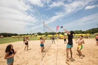 El vóley y el fútbol son algunos de los deportes que se pueden practicar en las playas