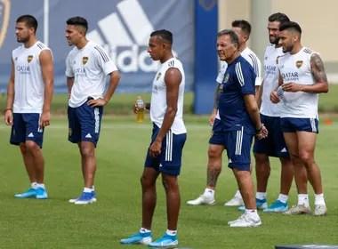 Russo, mezclado con los jugadores de Boca, en un entrenamiento. Adelante, Sebastián Villa, uno de los futbolistas que más creció en estos meses