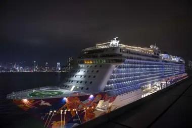 Una vista general del crucero World Dream en la terminal de cruceros Kai Tak