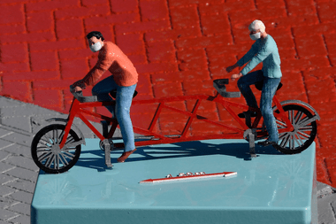 En Bélgica, un modelo a escala muestra la distancia segura entre ciclistas en plena pandemia de coronavirus