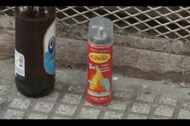 Los elementos confiscados al hombre detenido: un aerosol y una botella de cerveza.
