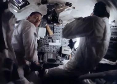 Infinidad de interruptores y botones: Swigert (izq.) y Lovell (der) frente al panel de control del módulo lunar.
