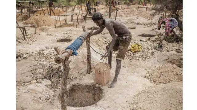 Los baldes llenos de tierra se suceden a lo largo de jornada de trabajo