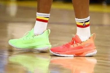 Las zapatillas de colores distintos de Stephen Curry