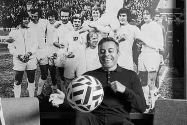 Radrizzani en las instalaciones del club, con una histórica formación de Leeds a su espalda.