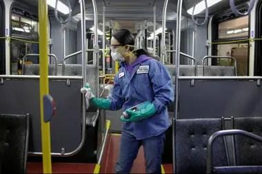 Trabajos de desinfección en el subte de Seattle