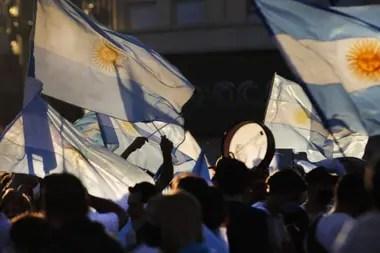 En el Obelisco los manifestantes seguían presentes a pesar de la llegada de la noche