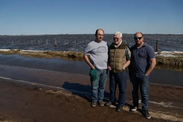 Diego Fox, Carlos Aguirre y Rodrigo Avendano, productores de Maggiolo, provincia de Santa Fe