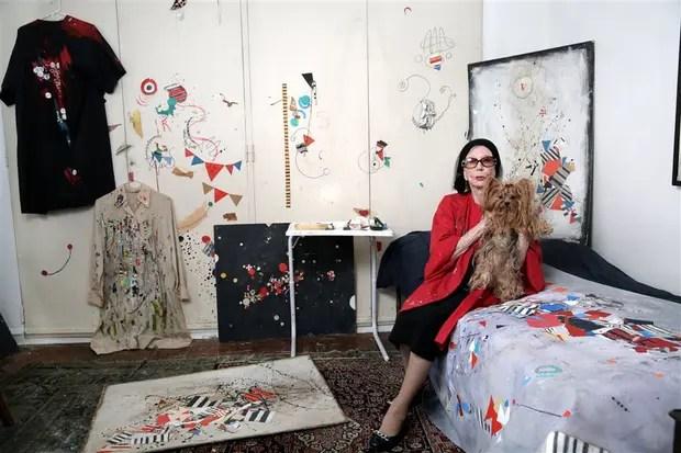 La artista, con su perrita Xul, rodeada de obra y muy activa a sus casi cien