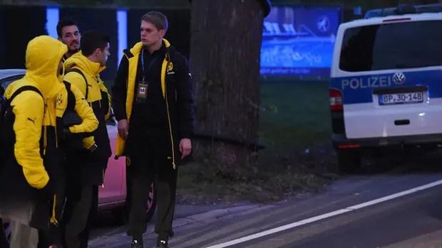 La policía escolta a los jugadores del equipo alemán tras el incidente
