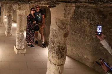 Turistas se fotografían dentro de la pirámide escalonada de Djoser, la más antigua de Egipto, que reabrió sus puertas esta semana