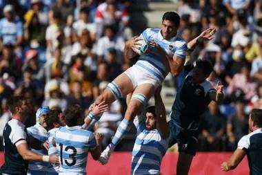 Guido Petti Pagadizával sostiene la pelota en un avance de Los Pumas en el Mundial de Japón, el año pasado; otra vez el sorteo se pronostica complicado para los argentinos.