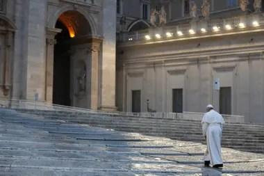 El Papa Francisco durante la ceremonia ante la Plaza de San Pedro vacía; por el coronavirus, todas las celebraciones de Semana Santa serán por streaming