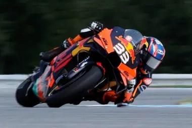 En MotoGP como en la Fórmula 1, los pilotos ganadores lucieron el N°33 y el patrocinio de Red Bull; el sudafricano Brad Binder en República Checa y el neerlandés Max Verstappen, en Gran Bretaña
