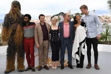 Chewbacca con Donald Glover (Lando Calrissian), Ehrenreich (Han Solo), Clarke (Qi Ra), Woody Harrelson (Beckett), Thandie Newton (Val) y Joonas Suotamo (quien interpreta a Chewbacca en el film)