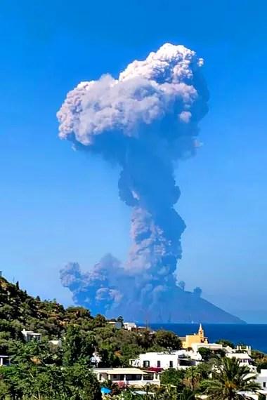 El humo del volcán en la isla italiana de Stromboli, en el mar Tirreno