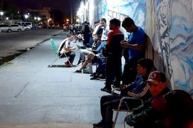 Hinchas de Central Córdoba aguardan para comprar su ticket para el partido del domingo contra Boca, en Santiago del Estero.