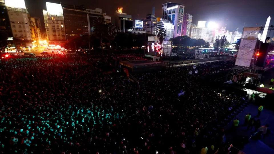 Miles de personas cubrieron la avenida 9 de Julio y la Plaza Vaticano, junto al Teatro Colón. Foto: LA NACION / Rodrigo Néspolo