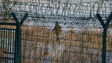 Una enorme reja de alambres púas separa la frontera entre Corea del Norte y China Crédito: BBC