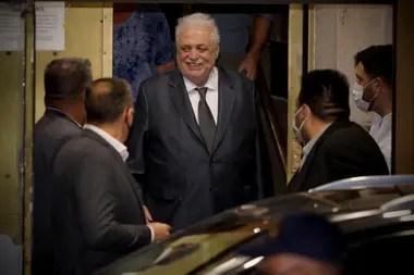Ginés González García, sonriente al salir del ministerio después de haber renunciado