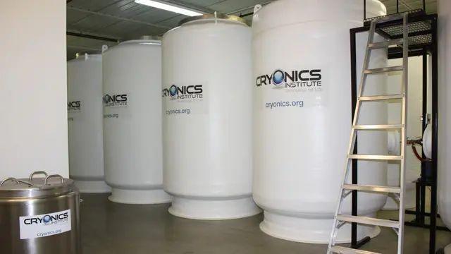 Los tanques donde se preservan los cuerpos congelados
