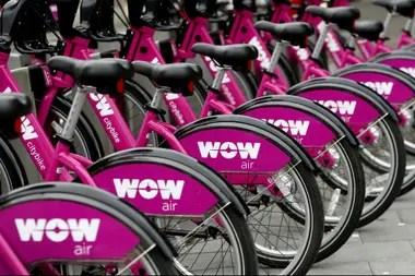 En Reikiavik bicicletas para alquilar con el logo de la aerolínea WOW Air