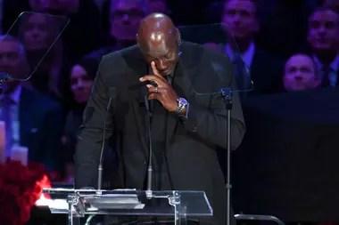 A Michael Jordan, ídolo de juventud de Kobe, se le fueron unas lágrimas cuando habló en público de aquél a quien muchos señalaron como su sucesor.