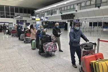 Argentinos varados en Italia, en la cola para chequeo médico en el aeropuerto de Fiumicino, en una postal inédita