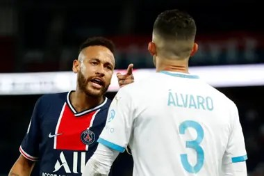 Neymar discute con el español Alvaro Gonzalez. Al retirarse de la cancha, el brasileño trató de racista al defensor de Olympique de Marsella