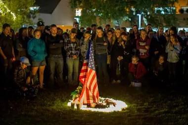 Una bandera norteamericana, en homenaje a las 12 víctimas del ataque en Thousand Oaks