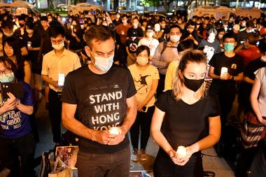 Las personas sostienen velas frente al Salón Conmemorativo de Chiang Kai-shek, también conocido como Plaza Libre, para conmemorar el 31 aniversario de la represión de la Plaza Tiananmen de 1989 en Taipei el 4 de junio de 2020