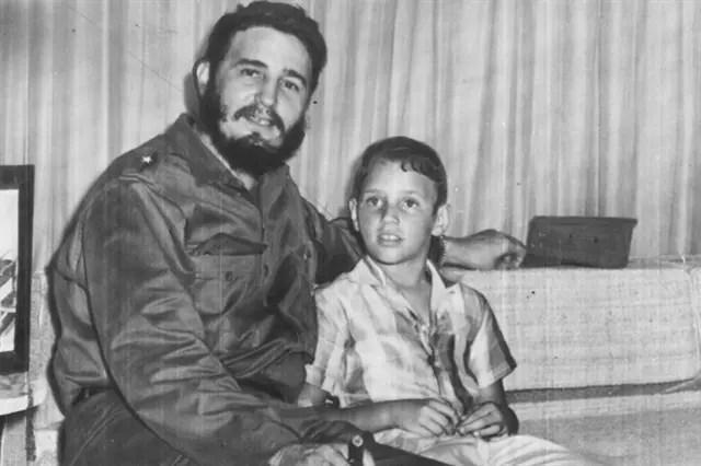El líder cubano Fidel Castro junto a su hijo, también llamado Fidel