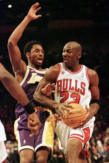 Kobe defendiendo a Jordan en uno de los enfrentamientos que tuvieron en las temporadas que compartieron en la NBA