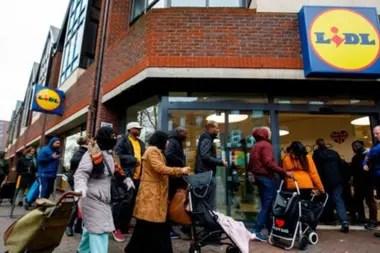Los supermercados en Reino Unido están contratando a miles de personas