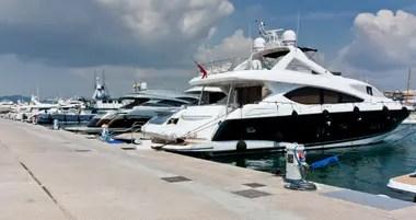 Yates de lujo amarrados en el puerto de Ibiza