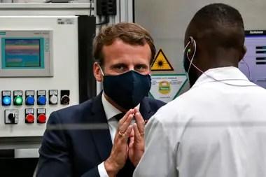 El presidente francés, Emmanuel Macron, durante su visita a la fábrica de Valéo